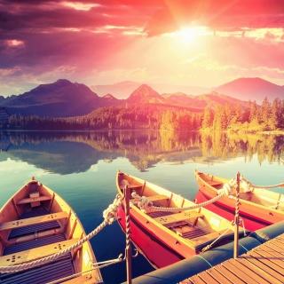 Colored boats near pier - Obrázkek zdarma pro iPad 3