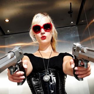 Blonde girl with pistols - Obrázkek zdarma pro iPad Air