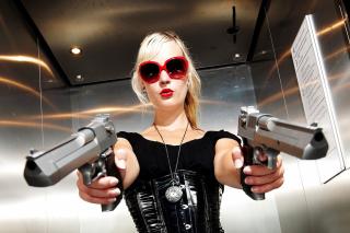 Blonde girl with pistols - Obrázkek zdarma pro 1366x768