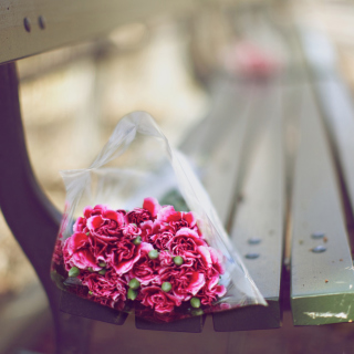Bouquet On Bench In Park - Obrázkek zdarma pro iPad 2