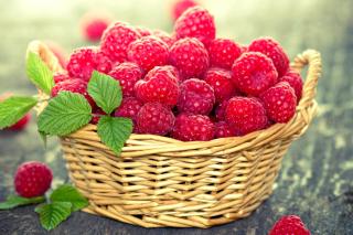 Basket with raspberries - Obrázkek zdarma pro 1680x1050