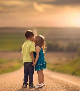 Cute Kids Kiss - Obrázkek zdarma pro Nokia Asha 202