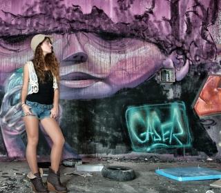 Girl In Front Of Graffiti Wall - Obrázkek zdarma pro 208x208