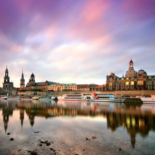 Dresden on Elbe River near Zwinger Palace - Obrázkek zdarma pro iPad 2