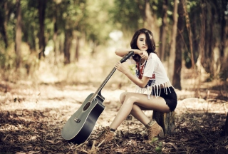 Pretty Brunette Model With Guitar At Meadow - Obrázkek zdarma pro Fullscreen 1152x864