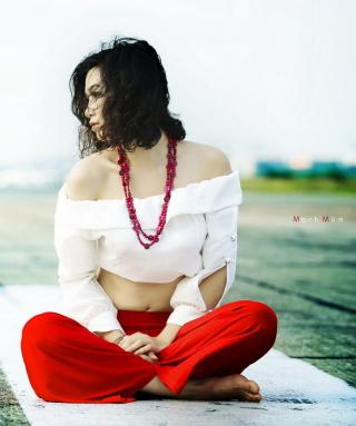 Brunette Wearing Coral Beads - Obrázkek zdarma pro 360x400