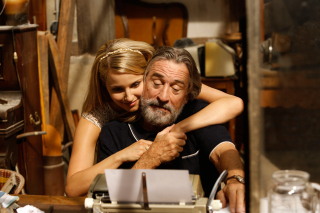 Robert de Niro and Dianna Agron in The Family - Obrázkek zdarma pro Fullscreen Desktop 1024x768