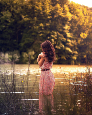Girl In Summer Dress In River - Obrázkek zdarma pro 480x854