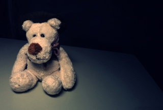 Sad Teddy Bear Sitting Alone - Obrázkek zdarma pro Widescreen Desktop PC 1920x1080 Full HD