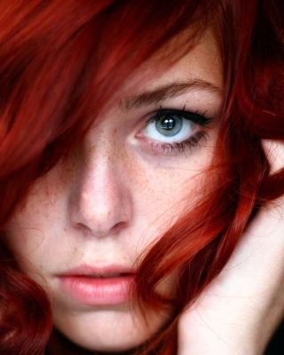 Beautiful Redhead Girl Close Up Portrait - Obrázkek zdarma pro 240x320