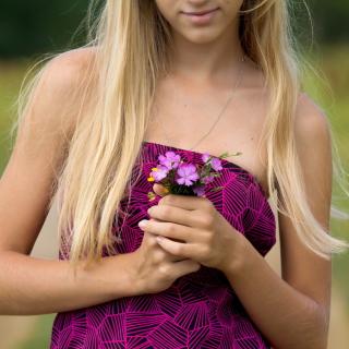 Girl With Flowers - Obrázkek zdarma pro iPad 3