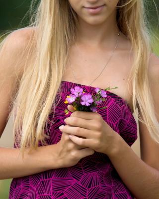 Girl With Flowers - Obrázkek zdarma pro Nokia C5-05