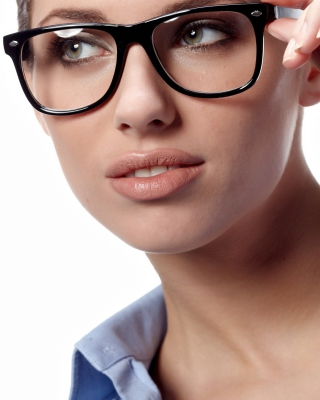 Girl in Glasses - Obrázkek zdarma pro 320x480