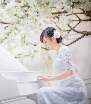 Cute Asian Girl In White Dress Playing Piano - Obrázkek zdarma pro iPhone 4S
