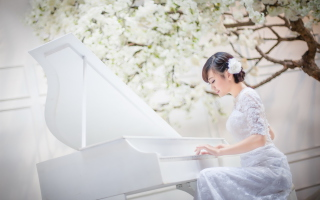 Cute Asian Girl In White Dress Playing Piano - Obrázkek zdarma pro 800x480