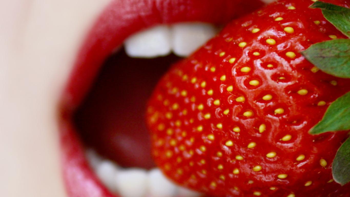 Screenshot №1 pro téma Tasty Strawberry 1366x768