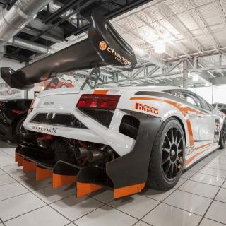 Lamborghini in Garage - Obrázkek zdarma pro 1024x1024
