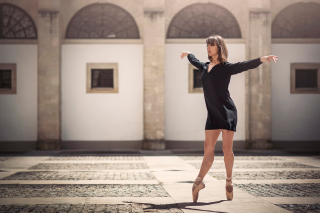 Ballerina In Pointes Wallpaper for Android, iPhone and iPad