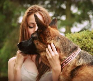 Girl And German Shepherd - Obrázkek zdarma pro iPad