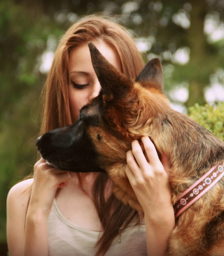 Girl And German Shepherd - Obrázkek zdarma pro iPhone 6 Plus