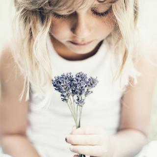 Blonde Girl With Little Lavender Bouquet - Obrázkek zdarma pro iPad