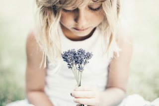 Blonde Girl With Little Lavender Bouquet - Obrázkek zdarma pro Samsung I9080 Galaxy Grand