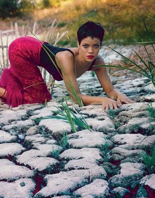 Rihanna Posing - Obrázkek zdarma pro 240x432