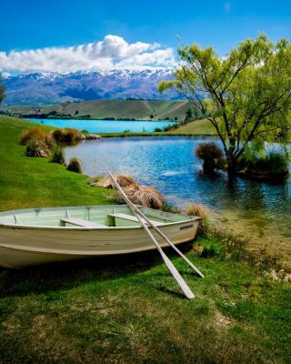 Boat on Mountain River - Obrázkek zdarma pro Nokia Asha 305