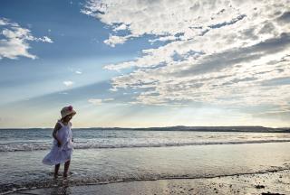Little Girl On Beach - Fondos de pantalla gratis para Nokia X2-01