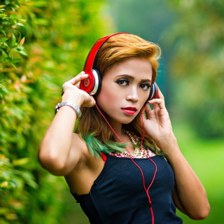 Sweet girl in headphones - Obrázkek zdarma pro 320x320