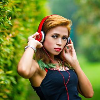 Sweet girl in headphones - Obrázkek zdarma pro iPad mini 2