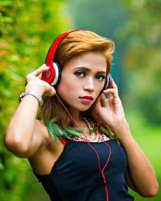 Sweet girl in headphones - Obrázkek zdarma pro Nokia Asha 502