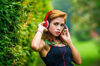 Free Sweet girl in headphones Picture for Huawei M865