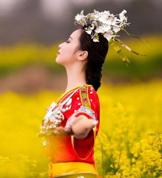 Asian Girl In Yellow Flower Field - Obrázkek zdarma pro iPad mini