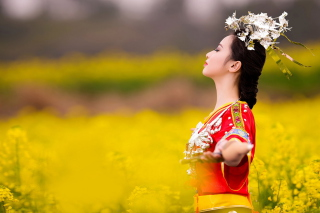 Asian Girl In Yellow Flower Field - Obrázkek zdarma pro Samsung Galaxy Ace 4