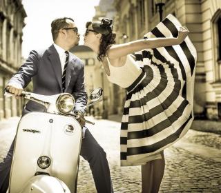 Retro Couple And Vintage Vespa - Obrázkek zdarma pro 128x128