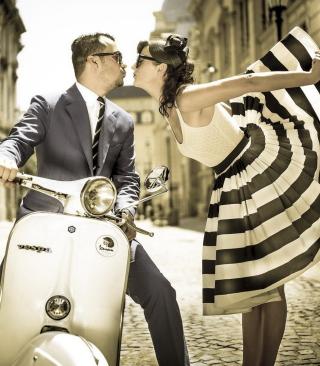 Retro Couple And Vintage Vespa - Obrázkek zdarma pro 480x800