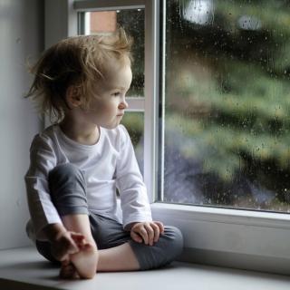 Boy Watching The Rain - Obrázkek zdarma pro iPad mini 2