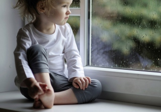 Boy Watching The Rain - Obrázkek zdarma pro 480x400